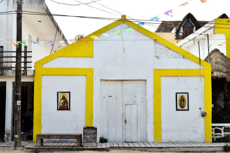 Kleine Holzkirche auf der Isla Holbox in Mexiko.